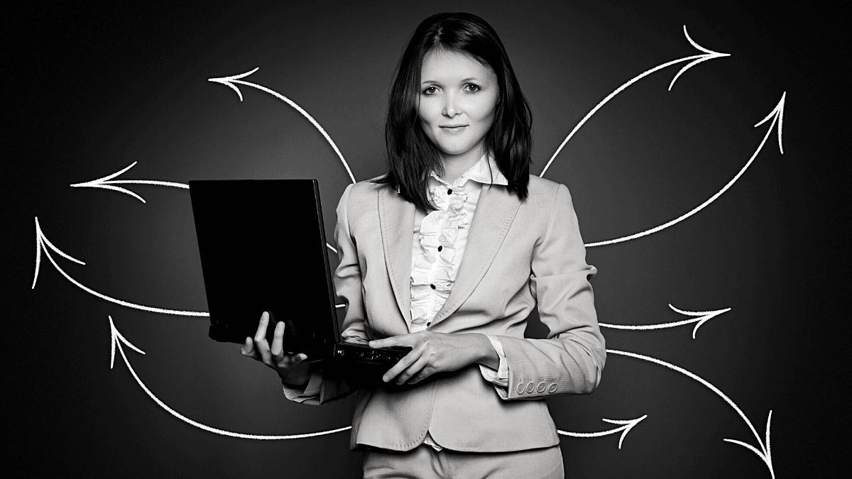 Femme entreprise tenant ordinateur