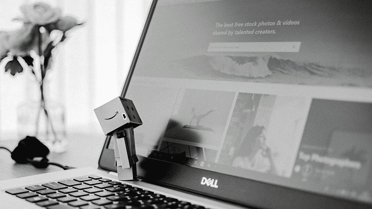 personnage amazon ordinateur