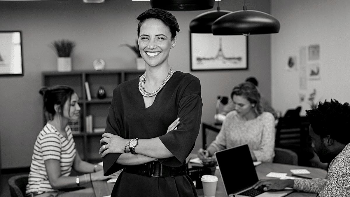 Femme ambitieuse équipe entreprise