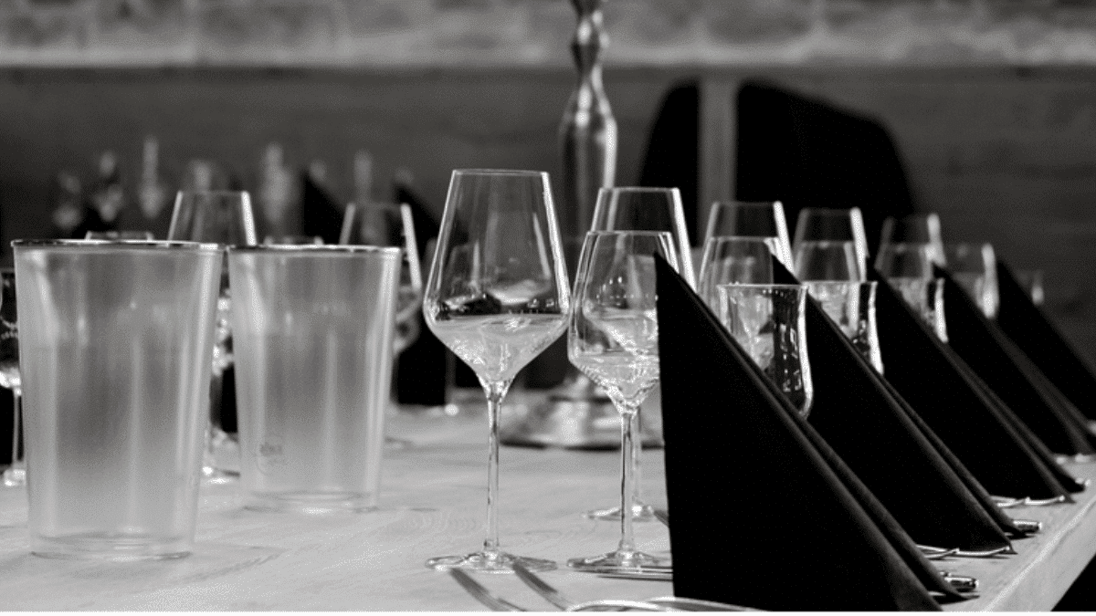 Table restaurant dressée verre vin carafe
