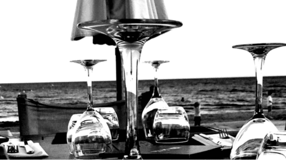 table dressée sur la plage vue mer