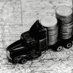 Camion jouet transportant pièces sur carte