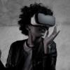 Réalité virtuelle Jeune femme Casque VR