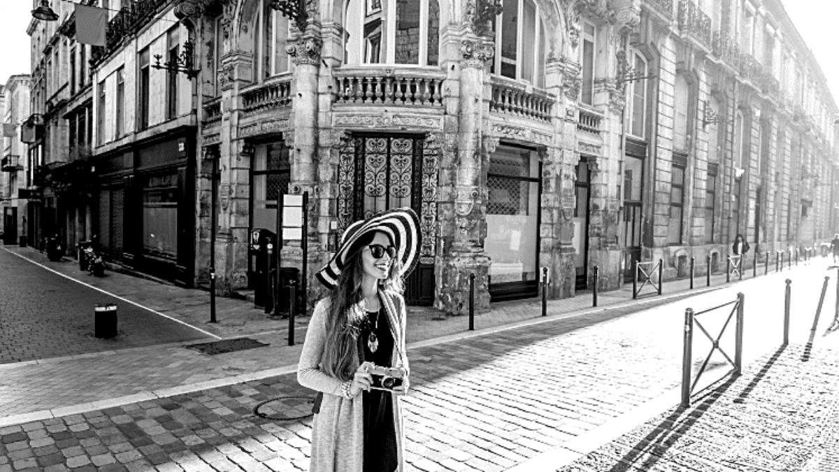 Jeune femme rue touristique