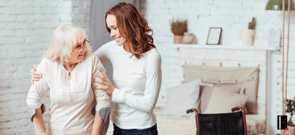 mobilité réduite personne âgée jeune femme