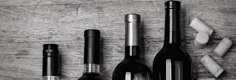 bouteilles de vin sur une table et bouchons de liège