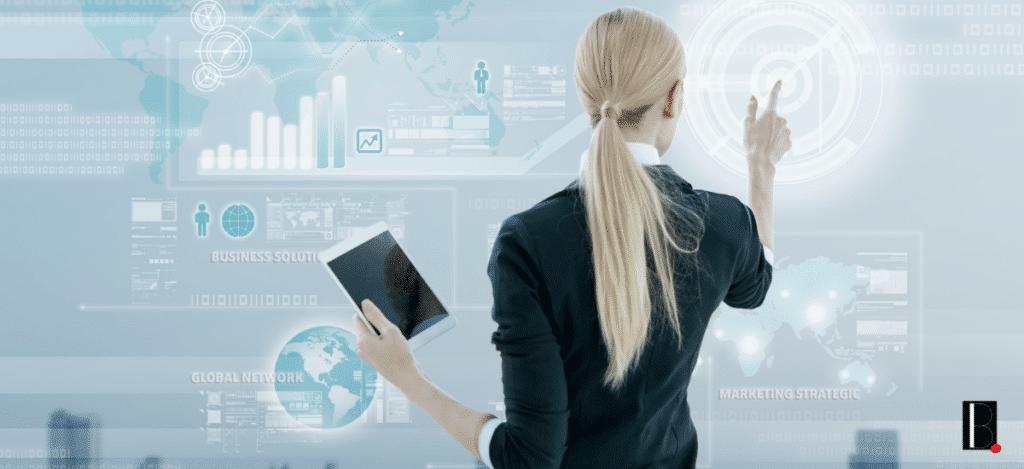 femme de dos tablette connectée entreprise gestion