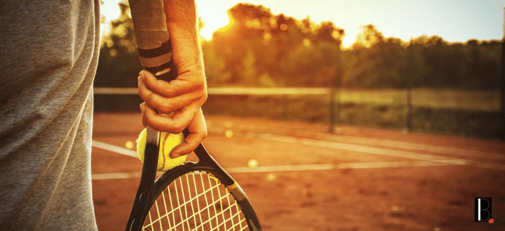 joueur de tennis raquette et balle à la main