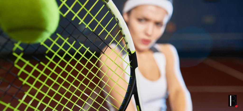 joueuse de tennis coup de raquette