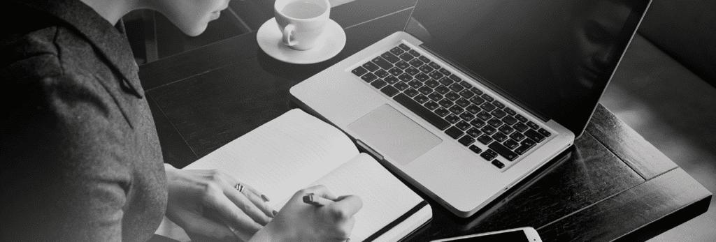 Une femme travaille en freelance