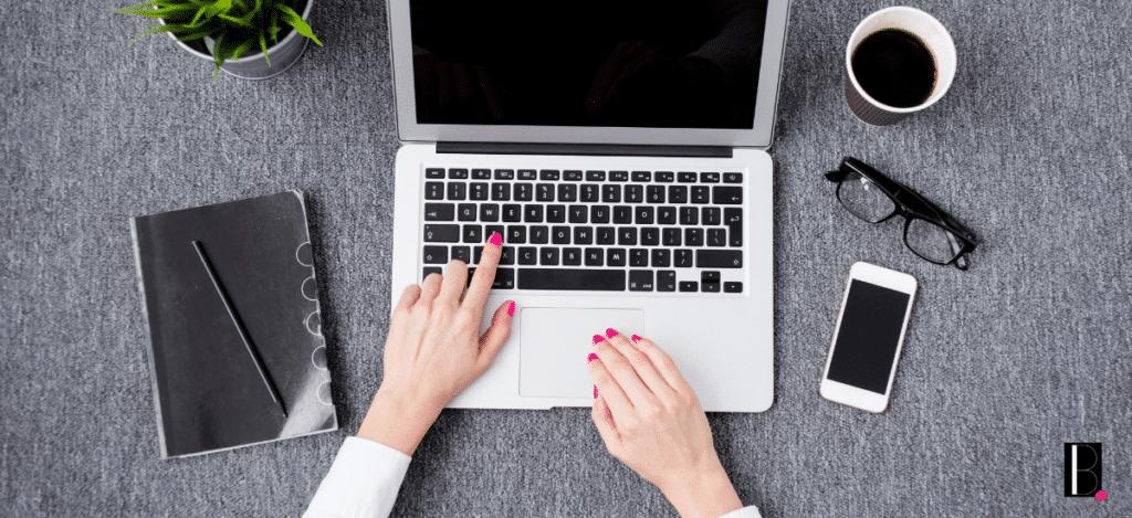 Une femme travaille sur son ordinateur
