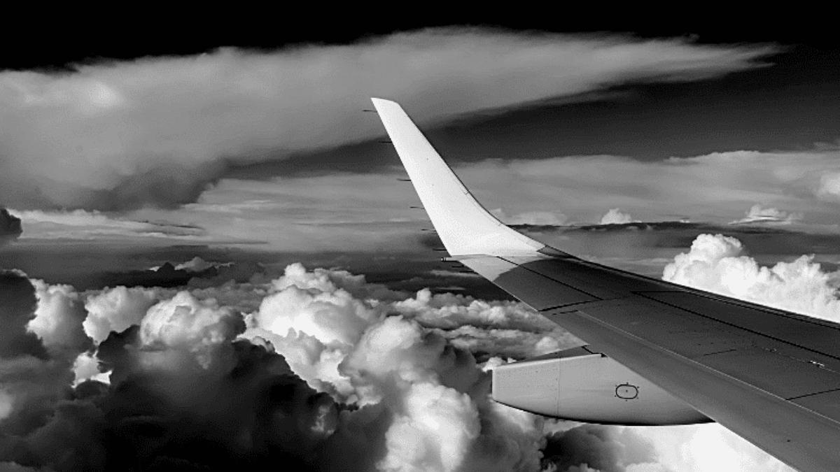 Aile avion survole nuages