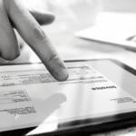 main qui appuie sur une tablette tactile