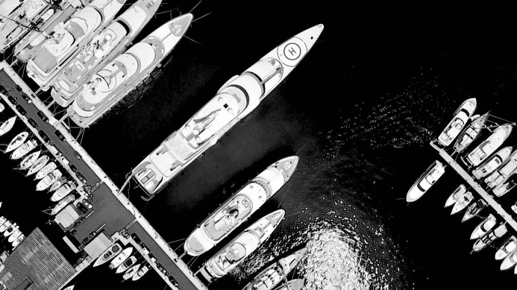 Vue du ciel de super yachts stationnant dans un port