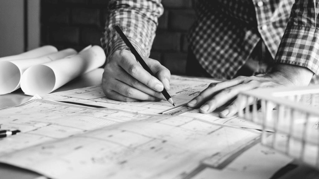 Un ingénieur en plein de travail de réflexion un crayon à la main