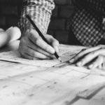 Ingénierie Grands Projets Système Complexes ingénieur en plein de travail de réflexion un crayon à la main
