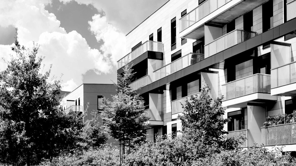 Les blocs de logement au sein d'un joli espace de verdure et d'un parc boisé