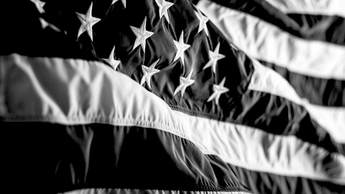 Drapeau américain flottant avec des étoiles inscrites sur le tissu