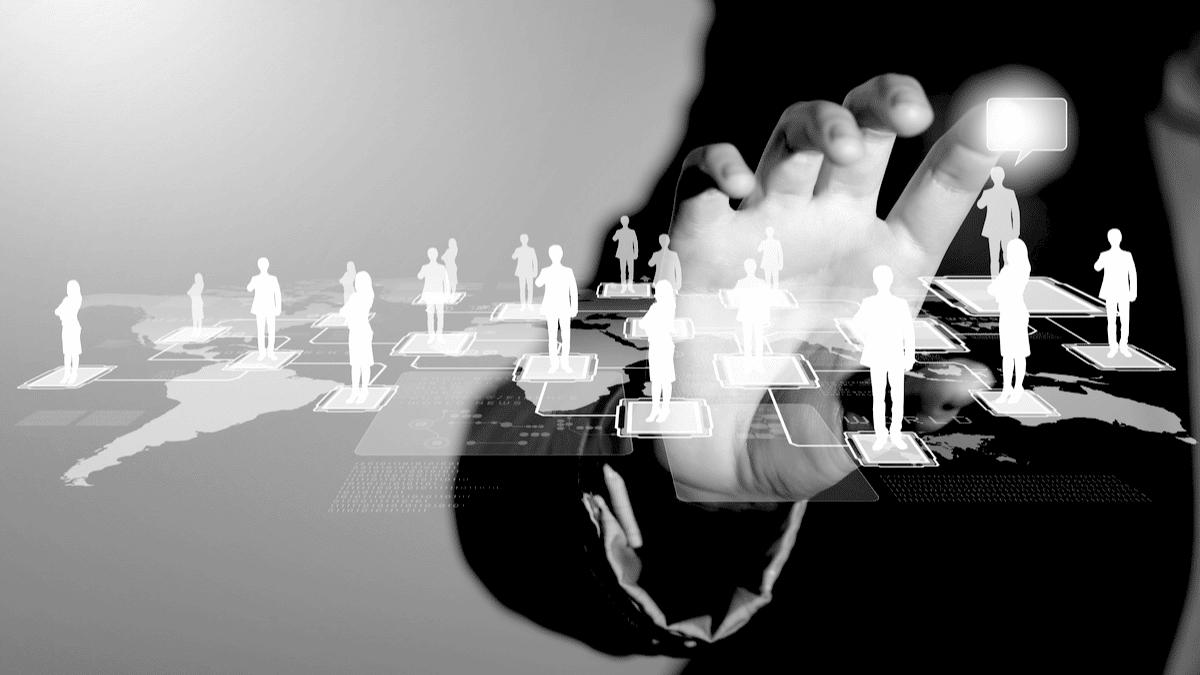 Un homme touchant des icônes virtuels, vecteurs grandeur nature d'un réseau social.