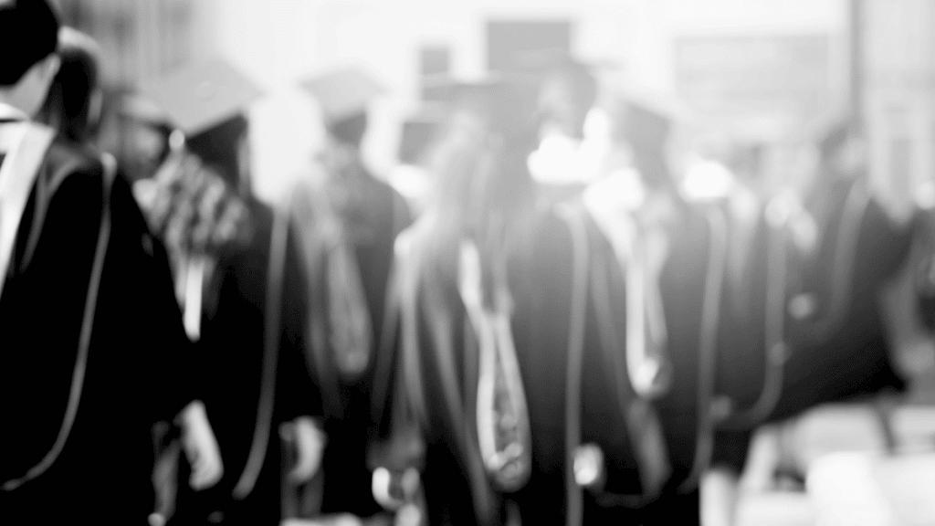 De jeunes travailleurs assistent à une cérémonie de remise de diplôme