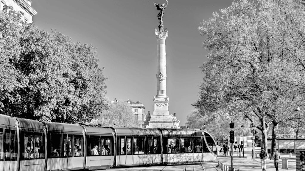 Bordeaux pendant l'été, on peut profiter du tramway qui passe devant le monument emblématique de Bordeaux, la statue des Girondins
