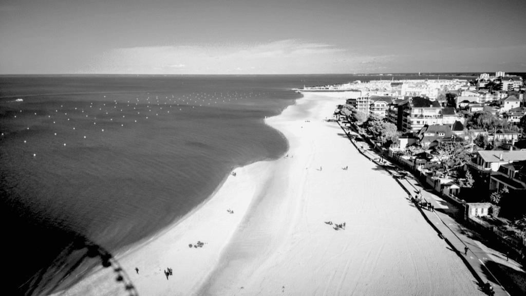 Vue aérienne d'Arcachon et sa plage de sable fin