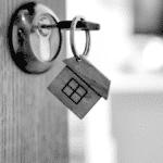 Un porte clef en forme de maison symbolise 'accession à un bien immobilier