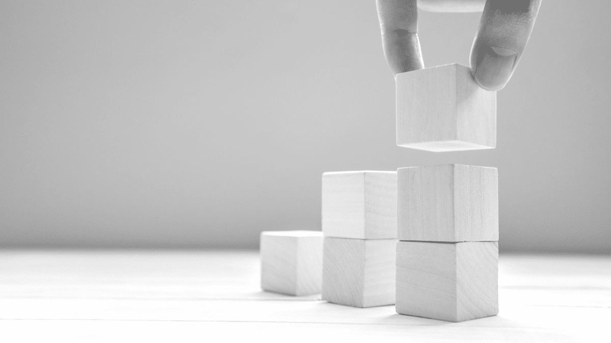 Cubes empilés qui symbolisent la montée en compétences de salariés