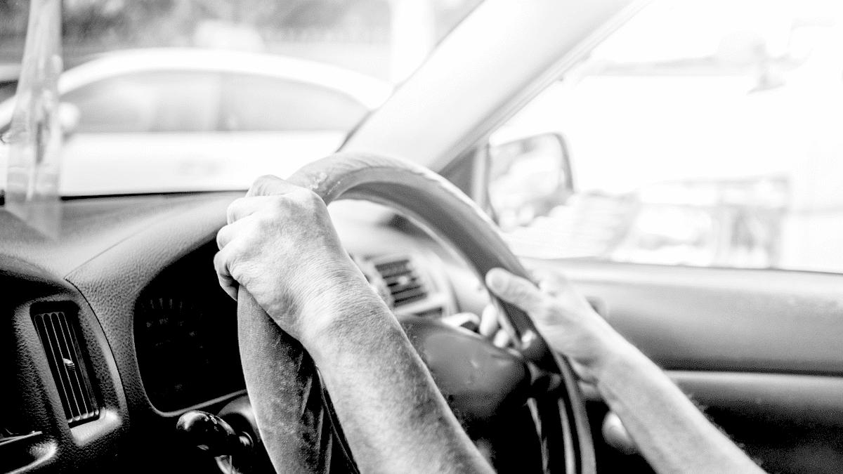 Un homme à bord d'une voiture qui conduit