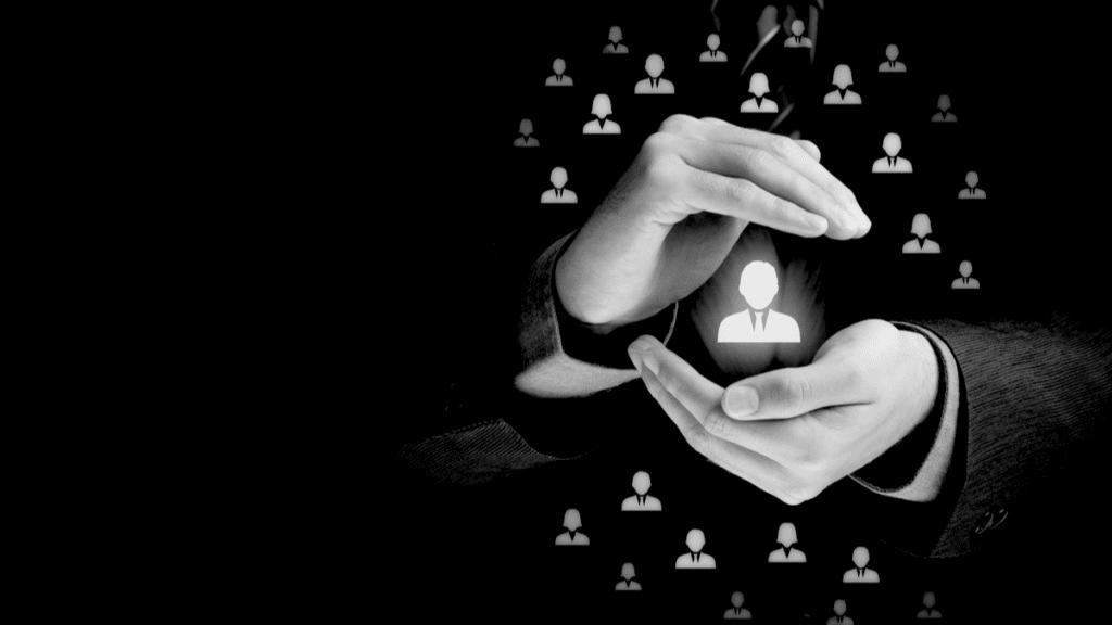 La personnalisation de la gestion client est représentée dans un cercle avec des mains