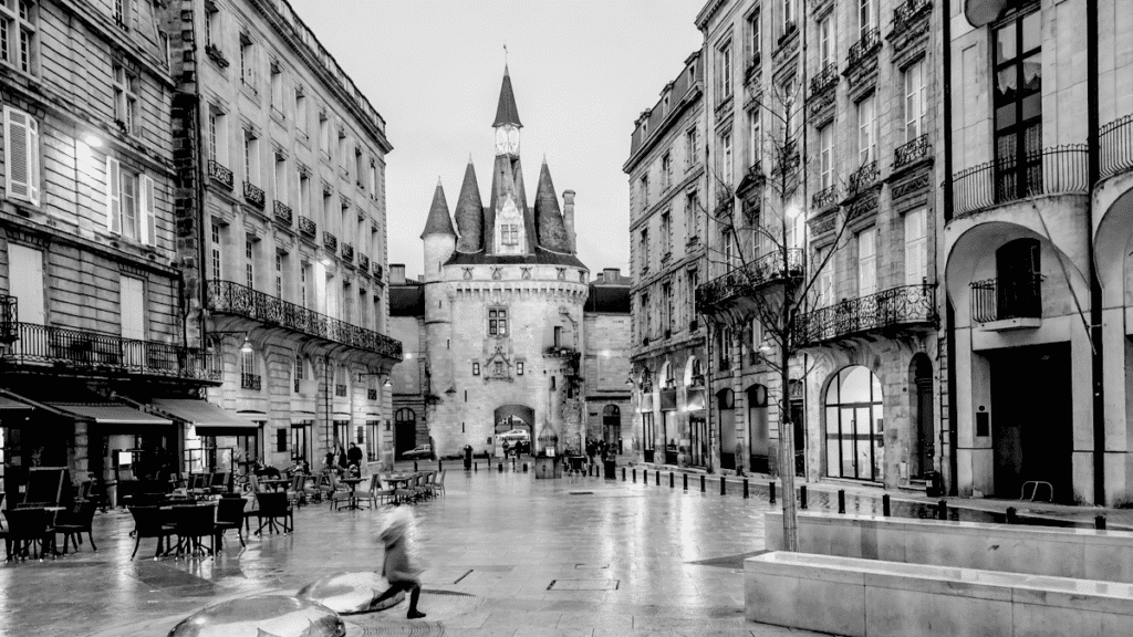 Une place dans le vieux Bordeaux qui symbolise l'architecture et la culture