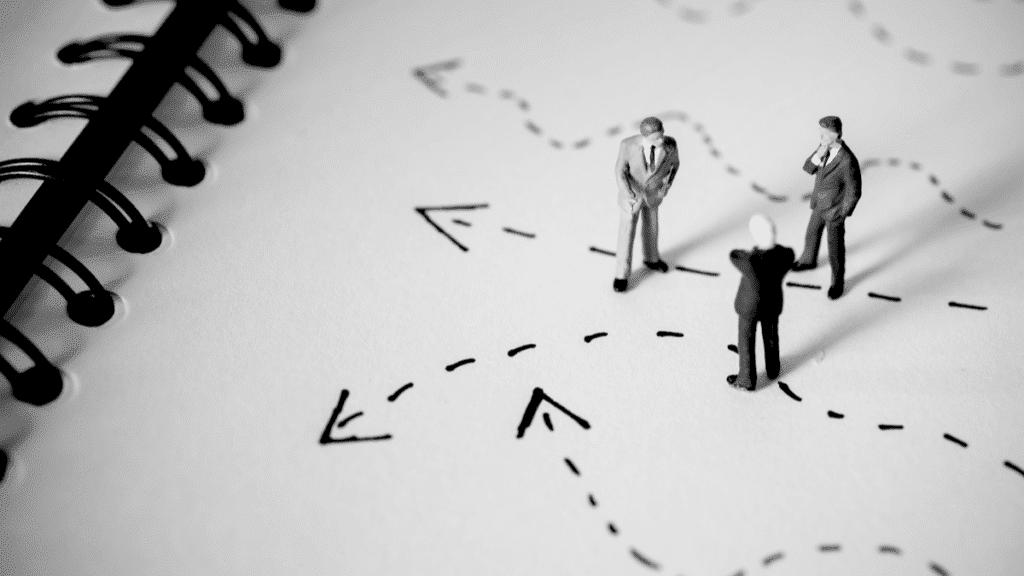 Les décisions stratégiques émanent de plusieurs acteurs, de manière collaborative et entrecroisée.