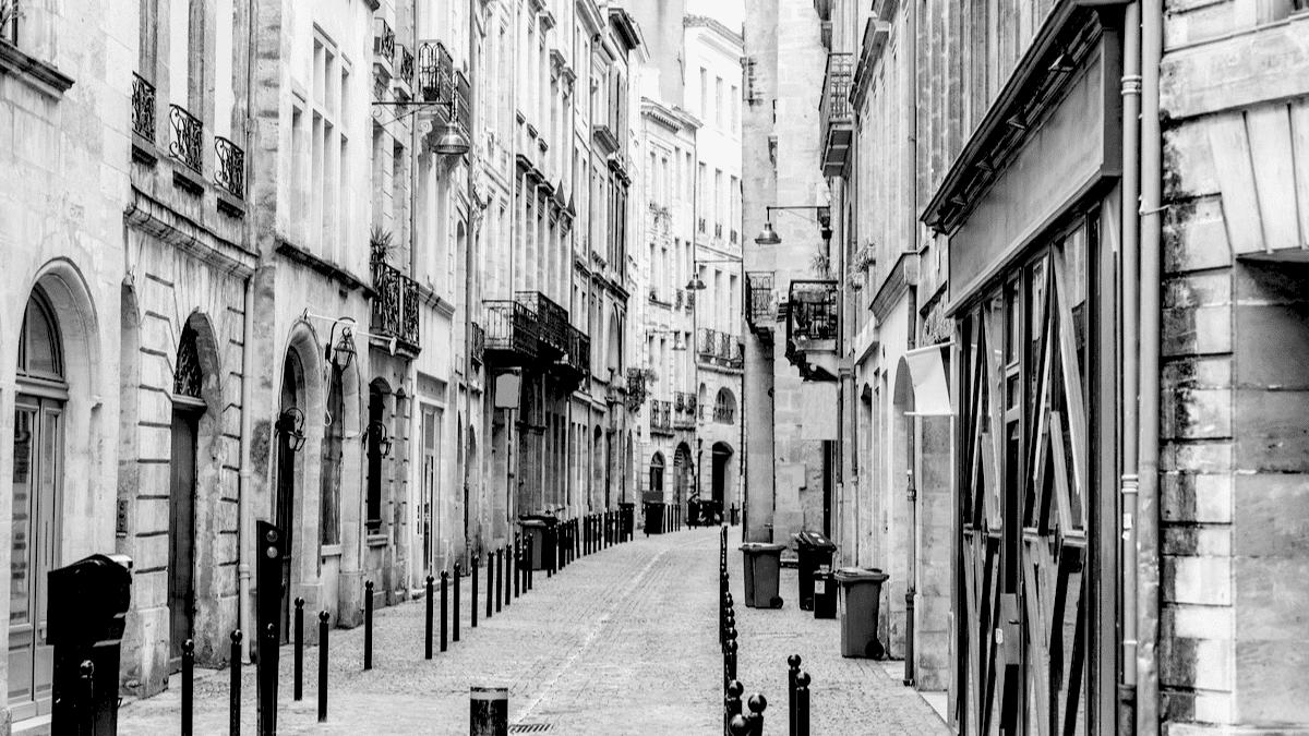 Une rue piétonne bordelaise illustre la centralité de la ville et ses rues sinueuses