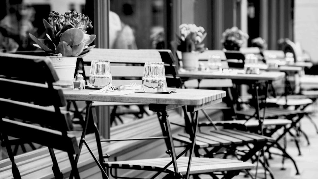 Une terrasse de café avec des tables et des chaises