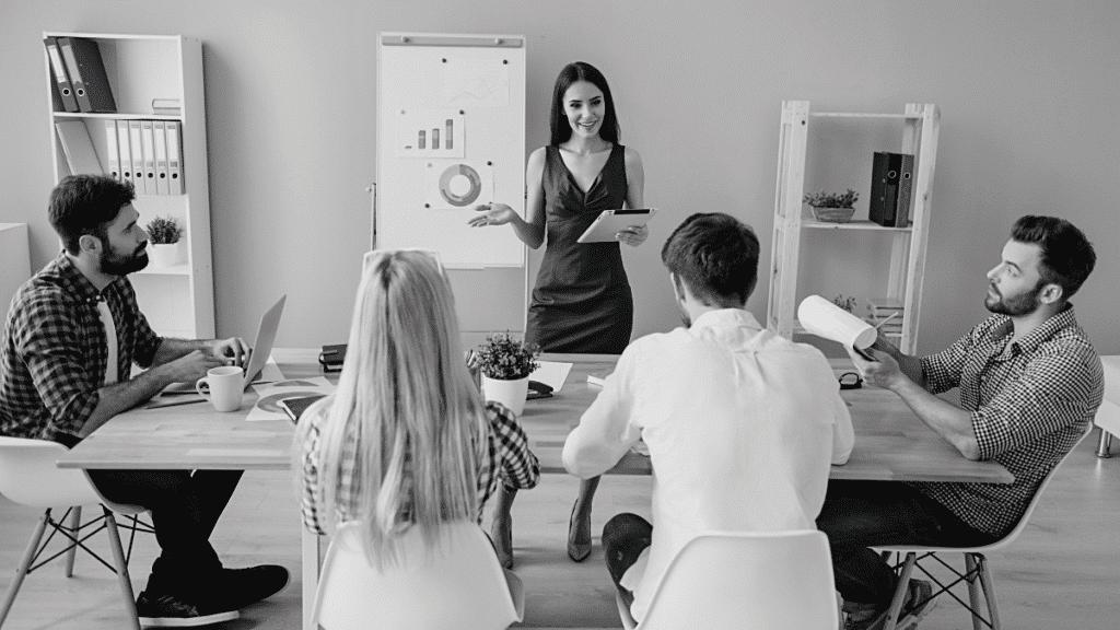 Jeune femme présentant son projet d'entreprise