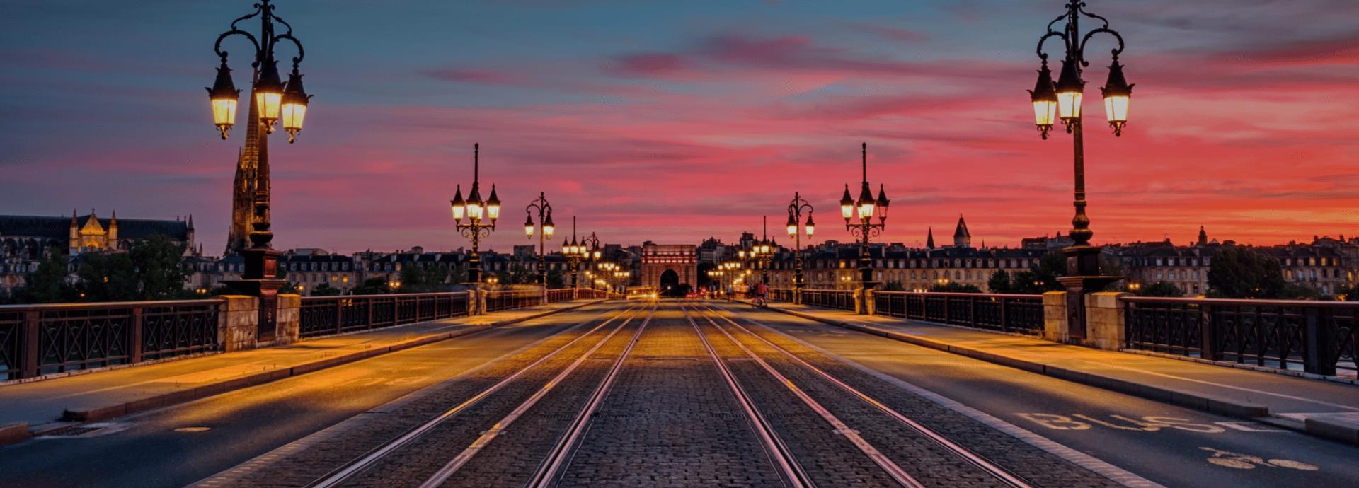 pont de pierre vue de nuit en direction de la gare saint jean focus economique bordeaux