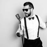 Chanteur tenant micro spectacle de chanson BORDEAUX Business
