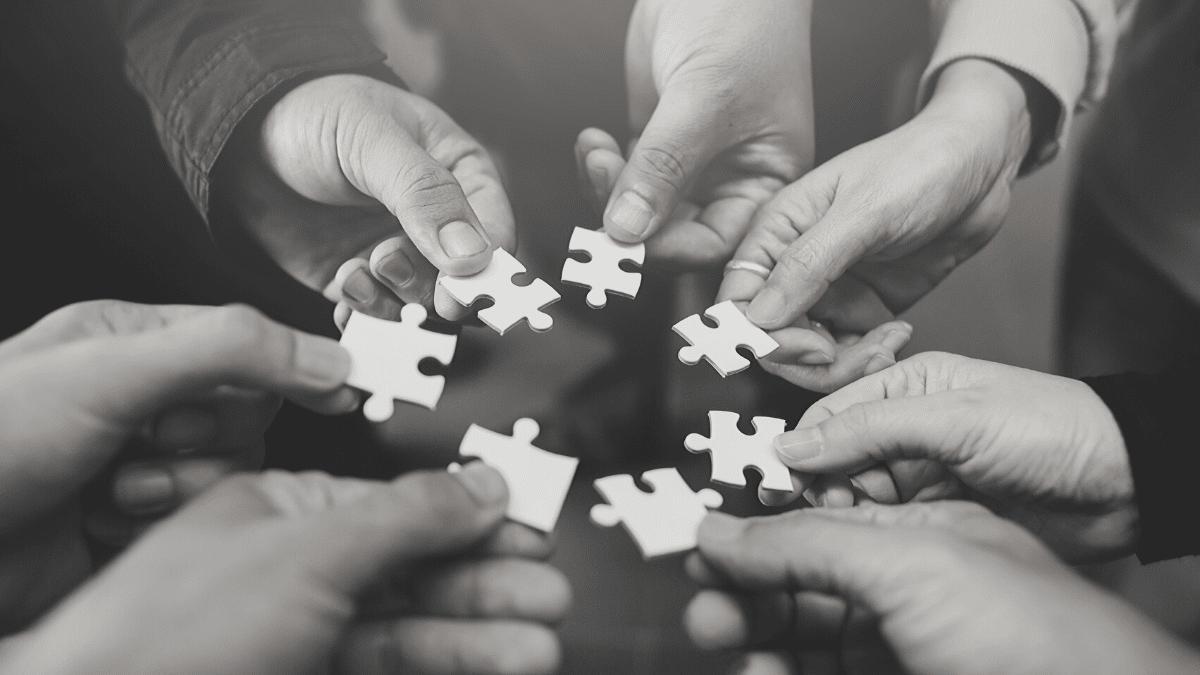 mains construisant un puzzle et apportant chacun leur contribution pour parvenir à réaliser leur projet grâce au don et au micro-don