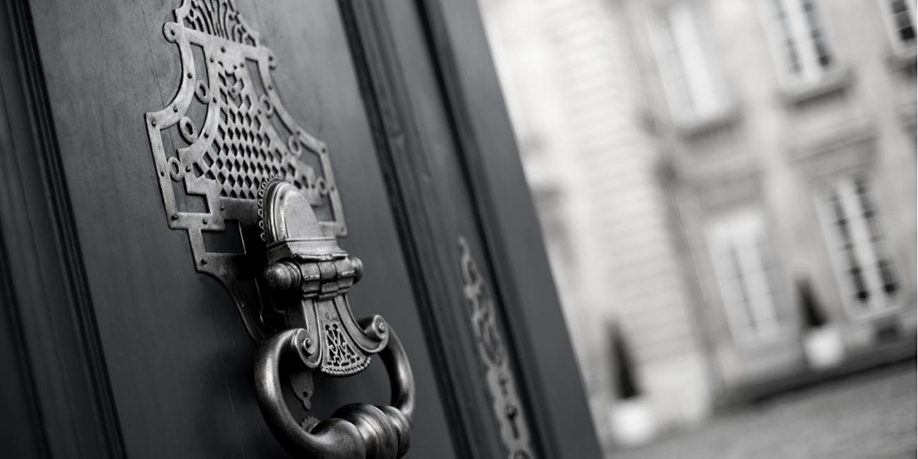 porte entrouverte sur un batiment bordelais typique du luxe ancien de Bordeaux