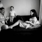 maman en télétravail devant gérer ses missions professionnels et les enfants pendant le confinement dû à la crise du coronavirus