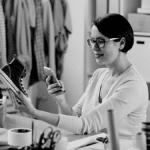 Femme prenant en photo chaussures pour vente en ligne
