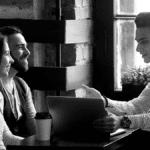 jeune couple rencontrant un courtier grâce aux outils de digitalisation de courtage pour négocier un prêt immobilier