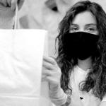 livreur avec un masque et des gants pour livrer ses clients en toute sécurité