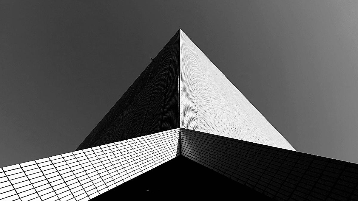 Pyramide immeuble acier