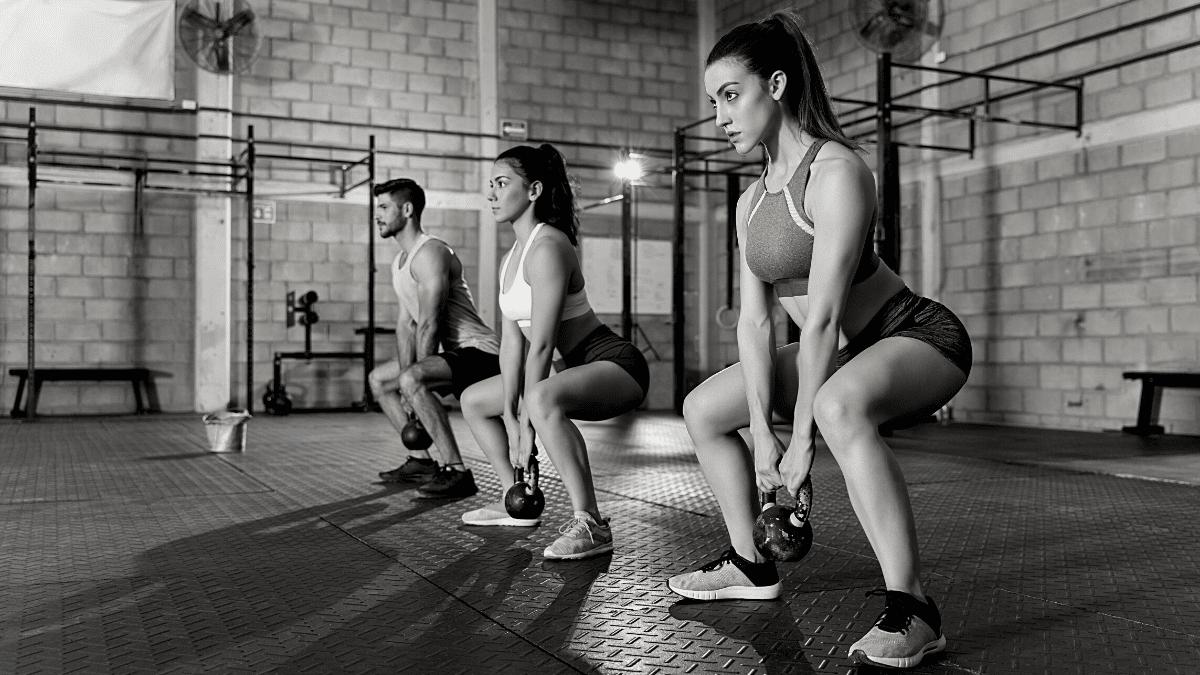 Jeunes femmes jeune homme exercice fitness salle sport