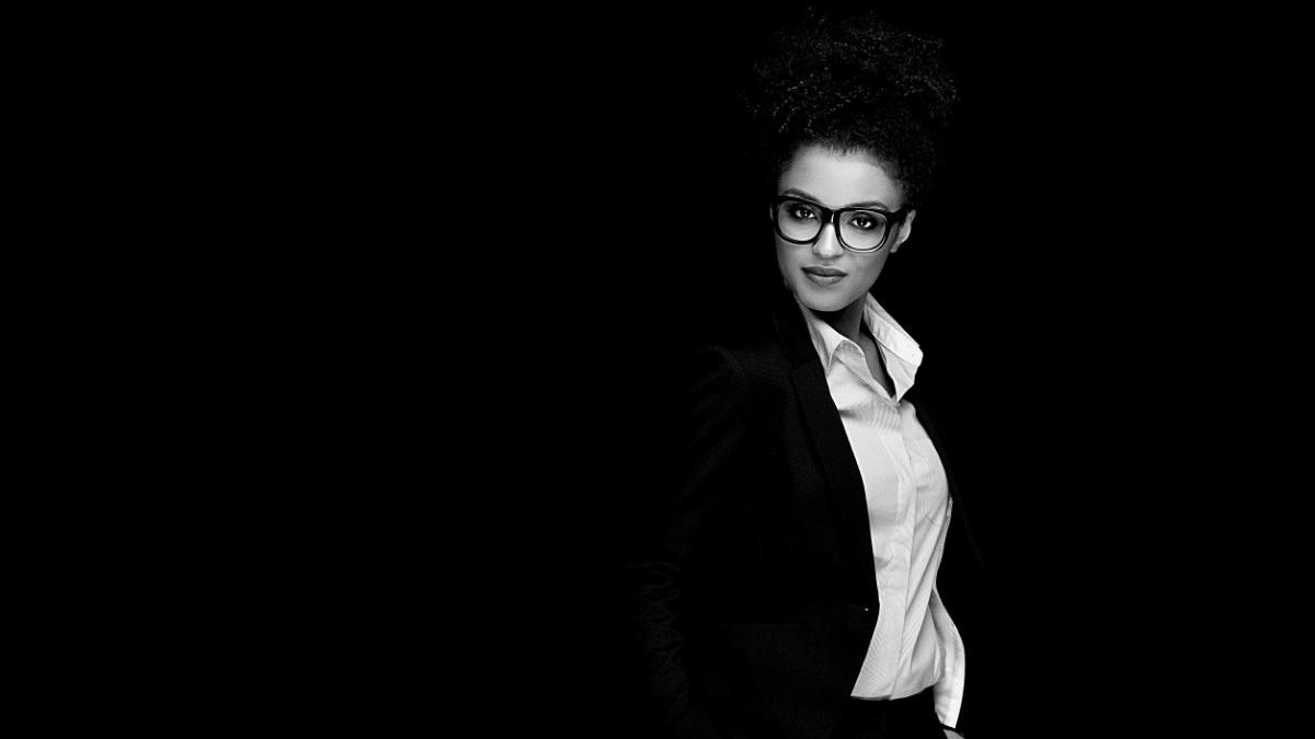 Femme habillée business lunettes