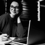 Jeune femme ordinateur lunettes