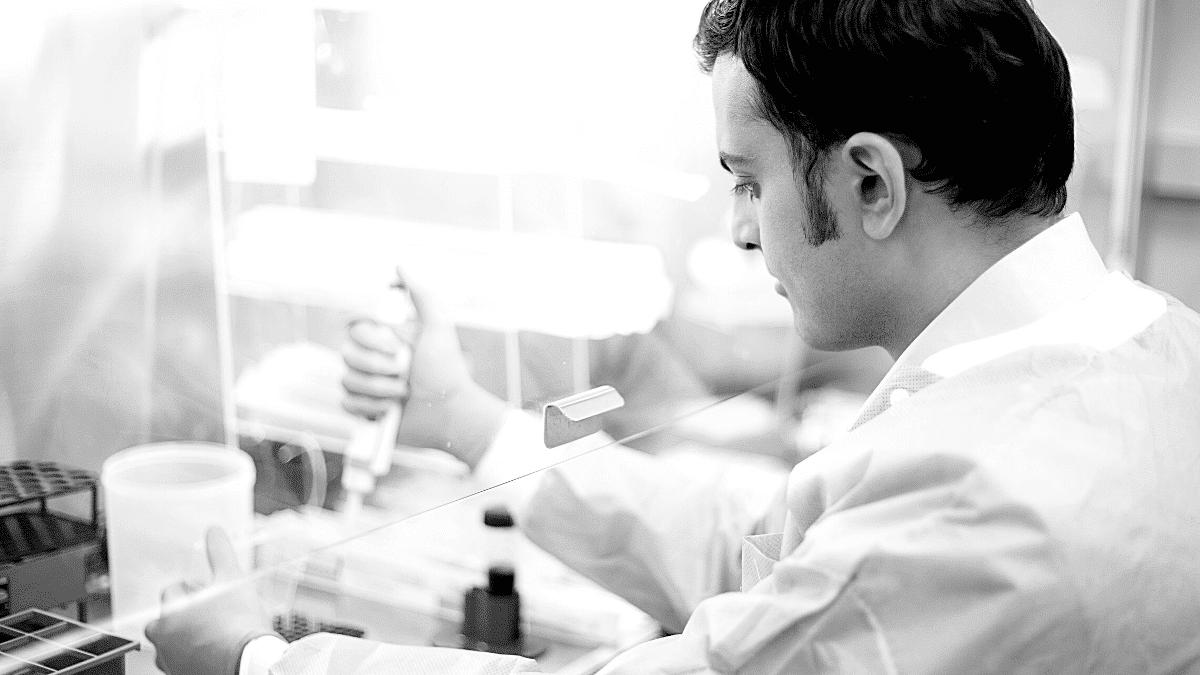 Homme en laboratoire innovation