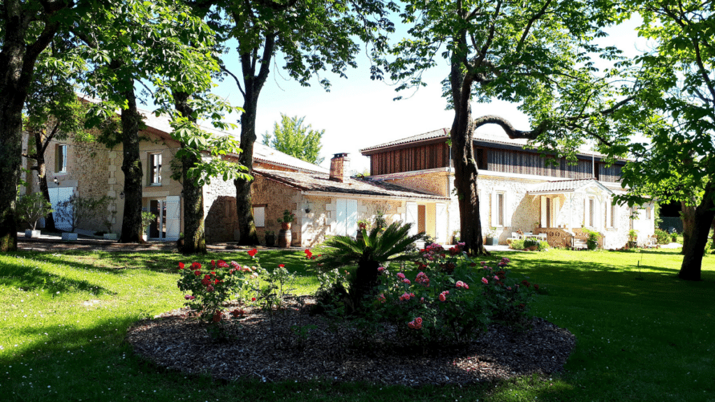 domaine de garat vue du jardin et de la maison de pierre pour accueil événements d'entreprise
