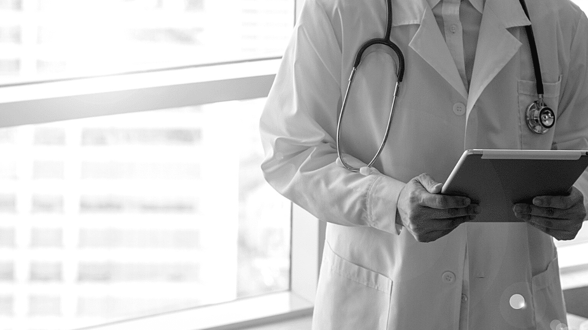 Médecin tablette téléconsultation hôpital